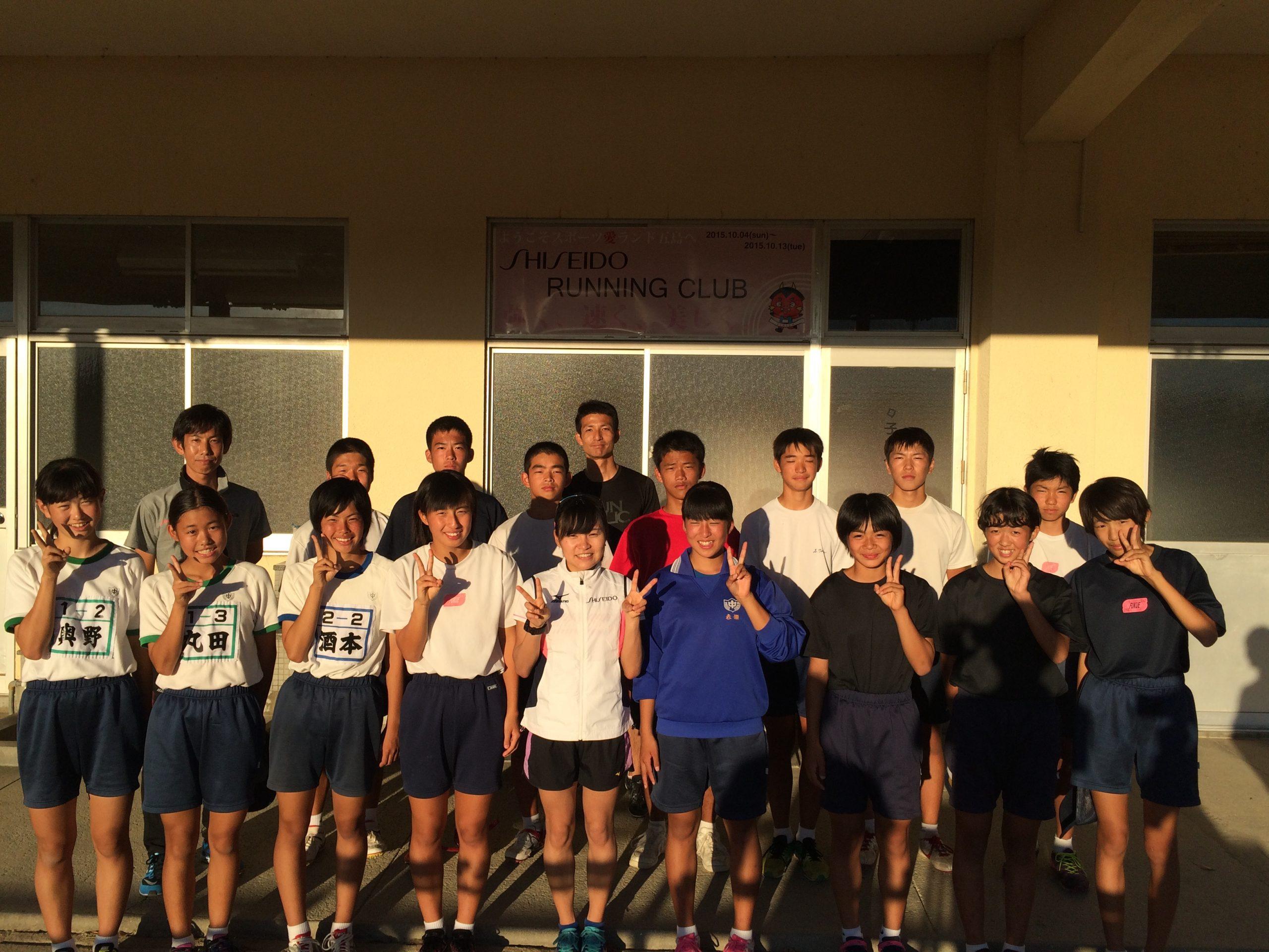 地元の中学生と奥野(前列中央)、岩水コーチ(後列左)