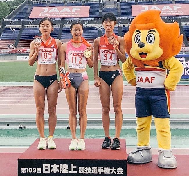 *表彰台にて初優勝の金メダルを掲げる木村選手