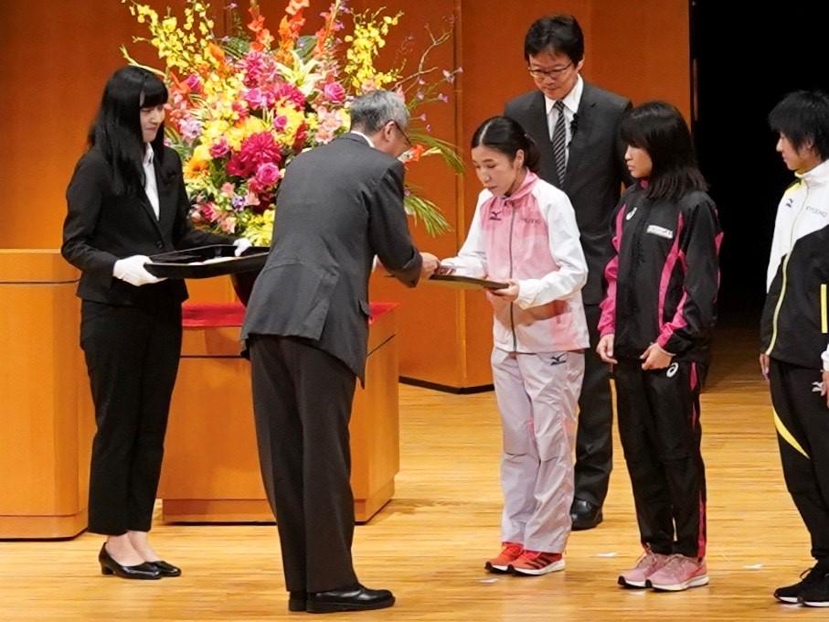 *閉会式にて通算10回表彰を受ける高島選手